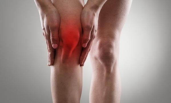 a csípőízület fájdalma a térdre adódik)