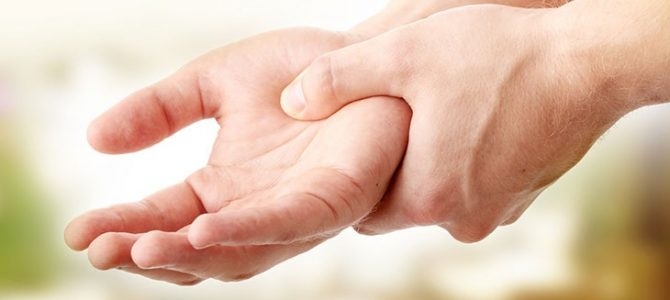 a bal kéz középső ujjának ízülete fáj