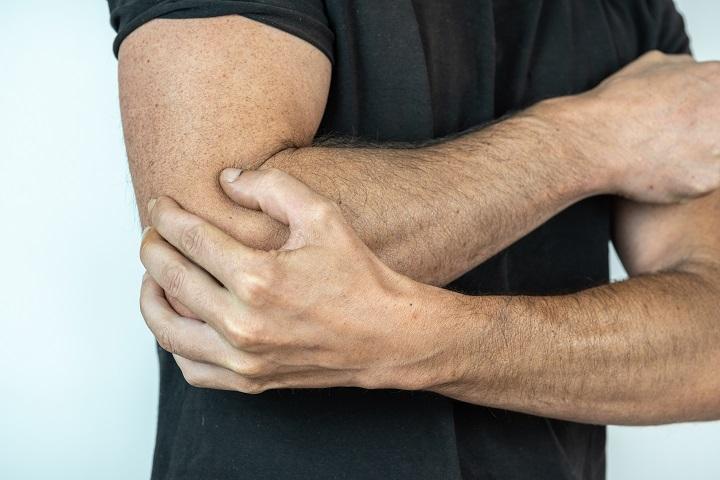 a könyökízület külső epicondylitisének tünetei és kezelése)
