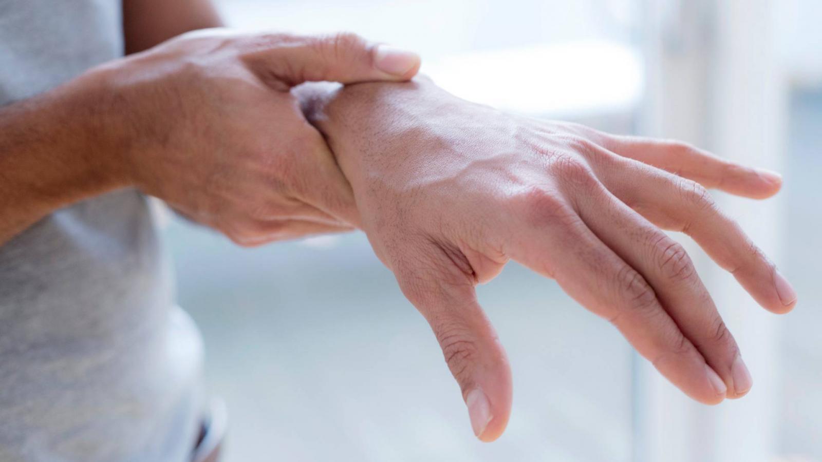 fájdalom a kéz ízületei, mit kell tenni)