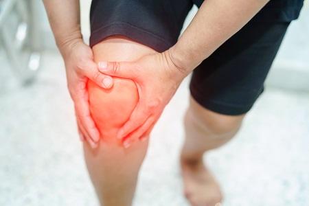 éles lüktető fájdalom a térdben