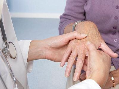 elsősegély akut ízületi fájdalmak esetén a hüvelykujj ízületei súlyosan fájnak