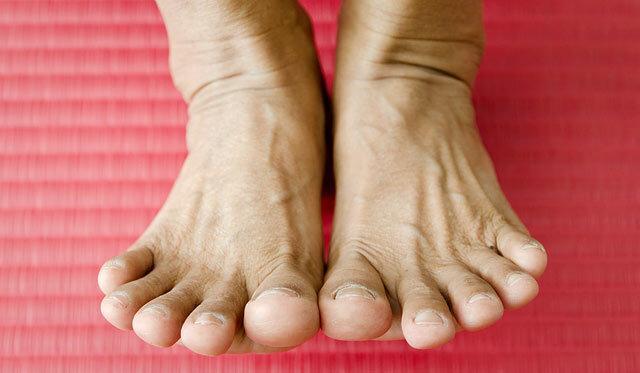 fájdalom a csípőízületekben a lábak tenyésztésekor)