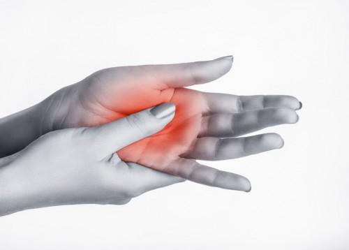 fájdalom az ujjak és a tenyér ízületeiben