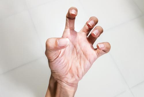 fájdalom és az ujjak ízületeinek ropogása)
