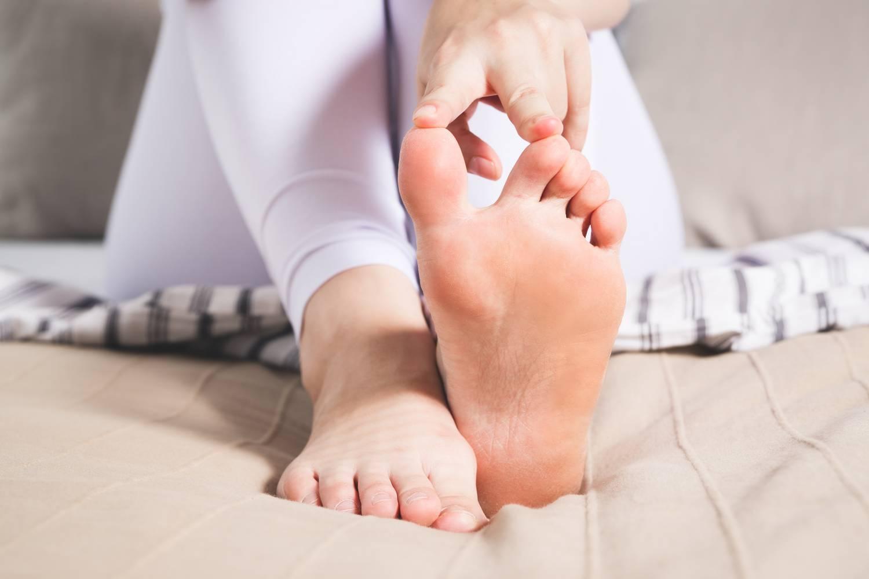 Repedj a kis ujj alatt a lábkezelésen Kenőcsök a lábujjak artritiszének kezelésére